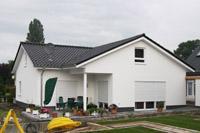Massivhaus bungalow satteldach  Massivhaus Bungalow bauen, Winkelbungalow bauen, ebenerdig planen ...